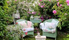créer un jardin romantique avec des fauteuils en rotin vert pâle, table d'appoint rétro et géraniums