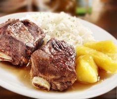 Como fazer vaca atolada. Vaca atolada é um prato típico do interior de São Paulo, fazendo parte da gastronomia caipira, que é muito apreciada e popular nos estados de Minas Gerais e Santa Catarina. Seus ingredientes principai...