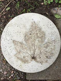 Första rundaplattan fick avtryck av ett blad från en höstanemon. Augusti 2016