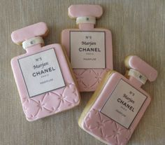Chanel Inspired Perfume Bottle Cookies by Dolcecreativesweets (Perfume Bottle Cake) Galletas Cookies, Cute Cookies, Cupcake Cookies, Sugar Cookies, Cupcakes, Fancy Cookies, Chanel Cake, Chanel Party, Coco Chanel