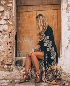 Boho Jewelry bohemian style kimono - The ultimate boho style kimono you just need to have for this summer! Discover the perfect Ibiza style bohemian look! Boho Gypsy, Bohemian Shoes, Bohemian Mode, Bohemian Kimono, Bohemian Outfit Summer, Boho Dress, Bohemian Bag, Boho Hat, White Bohemian