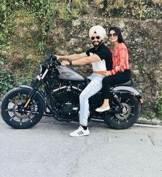 Gift ideas for cyclists [for all the bike lovers] Pre Wedding Poses, Pre Wedding Photoshoot, Wedding Shoot, Wedding Couples, Love Couple Images, Couples Images, Couple Pictures, Cute Couples, Punjabi Wedding Couple