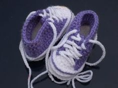 Here are the most adorable crochet baby booties you can find. Baby booties only need a little yarn to whip up and the best part these are all FREE crochet baby bootie patterns. Crochet Converse, Crochet Baby Shoes, Crochet Baby Booties, Crochet Slippers, All Free Crochet, Knit Or Crochet, Ravelry Crochet, Baby Booties Free Pattern, Crochet Baby Blanket Beginner