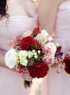 idée originale de bouquet de mariée rond en rouge et blanc