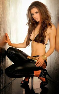 The best Latex photos Latex, Pvc Leggings, Brunette Beauty, Sexy Curves, Gorgeous Women, Beautiful, Hot Girls, Leather Pants, Black Leather