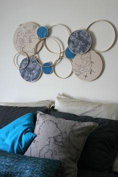 ベッドルームはファブリックに合わせたカラーの布を使って、落ち着いた印象に。大きさの違う枠、布を張らない枠を自由に組み合わせたデコレーションです。