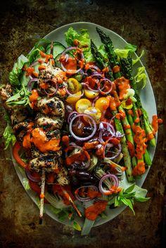 Grilled Chicken Souvlaki Greek Salad from HeatherChristo. Healthy Recipes, Healthy Salads, Salad Recipes, Healthy Eating, Cooking Recipes, Cena Light, Chicken Souvlaki, Greek Salad, Grilled Chicken