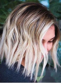 Latest Blonde Hair Colors with Dark Roots You Must Try Nowadays Blonde Hair Colour Shades, Hair Color Highlights, Medium Short Haircuts, Medium Hair Cuts, Hair Color Techniques, Colouring Techniques, Dark Roots, Hair Coloring, Cool Hairstyles