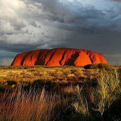 Territoire sacré des Aborigènes  Egalement connu sous le nom d'Ayers Rock, le rocher d'Uluru se situe dans le Territoire du Nord, au centre de l'Australie. Les peuples aborigènes de la région. le considère comme un lieu sacré. Quiconque souhaite préserver ces croyances est invité à ne pas faire son ascension.