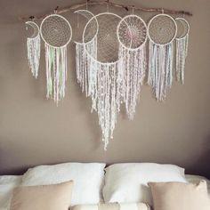 une belle composition de plusieurs attrape reves, accorchés au-dessus d'un lit, design esthétique
