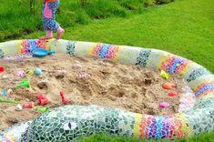 Mosaik Schlange Sandkasten The post Mosaik Schlange Sandkasten appeared first on Farbe. Mosaic Garden Art, Mosaic Art, Planting For Kids, Sensory Garden, Sand Pit, Patio Plants, Mosaic Crafts, Gnome Garden, Sandbox