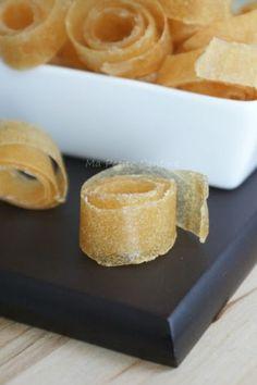 Cuir de pomme 8 grosses pommes, 2 cuillères de miel. Découper les fruits en morceaux. Les cuire à la vapeur jusqu'à ce que la chair des pommes se défasse. Ajouter le miel et mixer (ou écraser à la fourchette) pour obtenir une compote lisse. Sur du papier sulfurisé, étaler la préparation sur une épaisseur d'environ 5 millimètres. Placer la préparation sur une grille pour un séchage optimal et utiliser la fonction chaleur tournante. 40° pendant 10-12 heures.