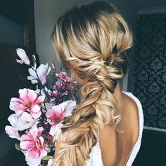 Loose bridal hair to the side