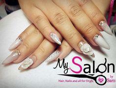 $ 240      Uñas acrílicas. Punta koreana. Petal  blanco y plata.  3D rosa blanca. Cadena.  Estoperoles pico. Swarovski. Organic Nails. Desing by Sarii Estrada