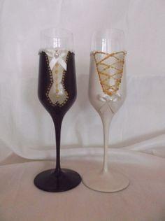 Χειροποίητα Ποτήρια Γάμου Σετ Γαμπρός Νύφη Μπορντό Σμόκιν με Χρυσές Λεπτομέρειες Σατέν Κορδέλα Πέρλα Αμμοβολή Ιβουάρ Νυφικό με Χρυσό Flute, Champagne, Tableware, Dinnerware, Tablewares, Flutes, Dishes, Tin Whistle, Place Settings