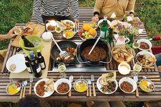 スノーピーク ガーデンユニットテーブルの上にたくさん並んだキャンプ料理