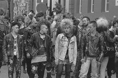 Op de foto punkers op het festival 'Doe-Wat', in 1984 gehouden te .In the picture punks at the festival 'Do What', held in 1984 80s Punk, Punk Goth, Punks Not Dead, Gothabilly, Alternative Music, Patriarchy, Old Skool, Punk Fashion, Musical
