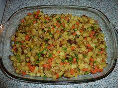 Syrové brambory pokrájíme na kostečky a dáme do zapékací mísy. Lehce zakápneme olejem, posolíme a promícháme.  Pokud máme čerstvou zeleninku,...