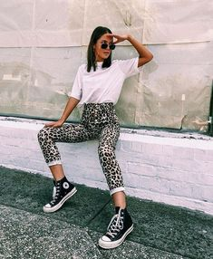 Leopard jeans / leopard print jeans / black converse hi top sneakers / oversized white t shirt / sunglasses chain / hi rise jeans / converse sneakers Sporty Outfits, Mode Outfits, Fashion Outfits, School Outfits, Fashion Blouses, Fashion Hoodies, Fashionable Outfits, Jeans Fashion, Stylish Outfits