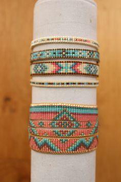 Ce modèle a une largeur de 35mm, il est constitué de quatre bracelets plus fins qui constituent la manchette plus large.Le tout est réuni en une seule manchette. Les couleurs sont rose, doré, bleu turquoise, bleu canard et violet. La manchette est réglable à votre taille de poignet au moyen de cordons en nylon. Possibilité de créer sur mesure, une manchette largeur et couleurs de votre choix.Ceci se fait sur commande au moyen de la messagerie.Prévoir une semaine pour la création et lenvo...