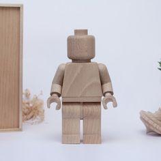 On ne vous présente plus le talentueux designer français Thibaut Malet, adepte de la conception artisanale de meubles et objets en bois simples et utiles.  Il y a 2 ans, Thibaut a créé des Lego en bois de 11 cm de hauteur, en édition limitée à seulement 20 exemplaires. Le succès a été tel, qu'en deux temps trois mouvements, tout a été vendu ! Et bien réjouissez-vous car Thibaut réitère et vous propose une édition 2016 de ses Wooden Art Toy. Entièrement fabriqués à la main en bois de hêtre...
