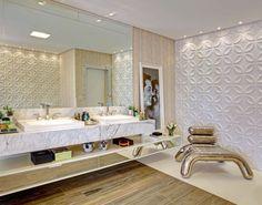 Nesse banheiro foram usados vários materiais: mármore na bancada, cimentício na parede e porcelanato tipo madeira no piso. Projeto Ivan Hellmeister