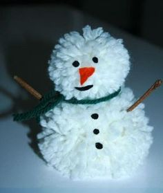 bonhomme-de-neige-avec-pompons-en-laine Crafts To Do, Crafts For Kids, Olaf, Man Projects, How To Make A Pom Pom, Pom Pom Crafts, Christmas Crafts, Christmas Ornaments, Diy For Kids
