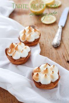 La tarte au citron meringuée è un dolce semplice, fatto di un guscio di pasta frolla ricoperto di crema al limone e decorato con meringa all'italiana.