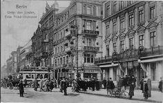 Berlin: Eine eher seltene Ansicht der Kreuzung UdL/Friedrichstraße - v.r.n.l. Café Kranzler, Café Bauer, Bierpalast Kaiserhallen, Gebr. Friedländer, UdL 29, Weinhandlung Habel usw.