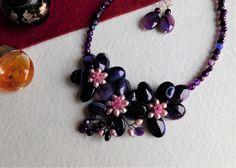 Compoziția florală este confecționată din ovale și bănuți de agat, mărgele de turmalină roz și perle de cultură, sârmă modelatoare. Compoziția florală este continuată cu un șirag de mărgele de agat. Agate, Indigo, Album, Floral, Jewelry, Fashion, Jewerly, Moda, Jewlery