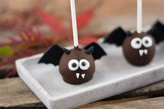 Saftige Schokoladen Cake Pops im super süßen Halloween Kostüm - garantiert der Hit bei groß und klein.