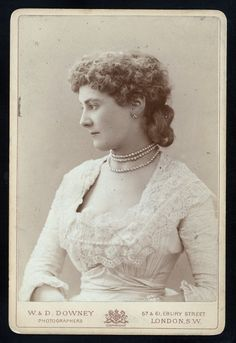 One of hundreds of thousands of free digital items from The New York Public Library. Victorian Men, Victorian Fashion, Lilly Langtree, Old Photos, Vintage Photos, Lillie Langtry, English Dress, Bustle Dress, 20th Century Fashion