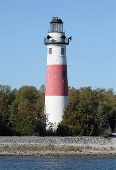 Photographs, history, travel instructions, and GPS coordinates for Middle Island Lighthouse in Michigan near Alpena