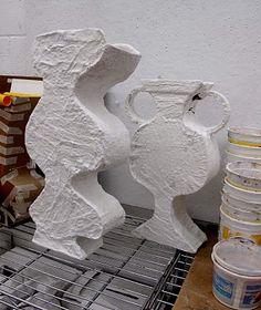 Vazen uit de oudheid. Ribkarton en schilderstape om de vaas te maken. Gips of papiermaché voor de laatste laag. AK