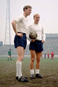 Jack (left) and Bobby Charlton (right), England, take a break in training at Stamford Bridge, Chelsea. Soccer - England (left) and Bobby (right), Ref Date: England Football Players, England Players, Uk Football, Retro Football, World Football, Soccer World, Vintage Football, Jack Charlton, Bobby Charlton