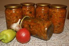 Овощная закуска... 1 кг баклажанов, 1 кг болгарского перца, 1 кг моркови, 1 кг помидоров, 0,5 кг репчатого лука, 200 г подсолн. масла, 70 г уксуса,  200 г сахара, 2,5 ст.л. соли.   Баклажаны - кубиками. Перец - соломкой. Морковь на крупную терку. Лук - полукольцами. Помидоры взбить блендером ( или  томатный сок ) Все кладем в кастрюлю и тушим 45 минут. За 10 минут до окончания приготовления добавляем 2 измельч. голов. чеснока, зелень, остр. перец. Закатать.