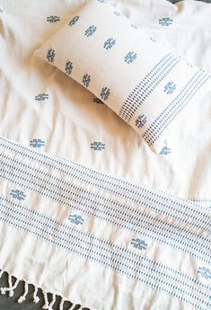 Cette housse de coussin rectangle en coton écru a été tissée à la main dans le plus grand respect des traditions indiennes. Ce savoir-faire fait partie intégrante de l'histoire des tribus de l'Assam et se transmet de génération en génération. Inspiré de ces techniques ancestrales de tissage, ce coussin offrira à votre intérieur chic et raffinement. Tara Verte, Decoration Chic, Deep Blue, Bed Pillows, Pillow Cases, Respect, Midnight Blue, Slipcovers, Fabrics