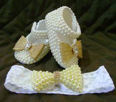 Conjunto com sapatinho de bebê em tecido customizado com pérolas e laço dourado e faixa.... Perfeito!!!!