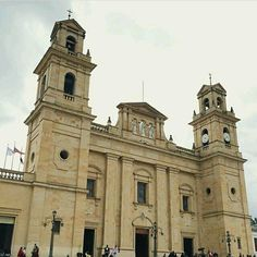 Chiquinquira un municipio turístico ubicado entre Bogotá y Tunja este municipio fue visitado por el papá Juan Pablo II en 1986