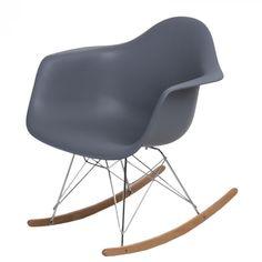 Organikus, formázott ülés, az íves fa lábak igazán vonzzák a tekinteteket! A P018 RR PP hintaszékeket elsősorban azoknak ajánljuk, akik szeretik a merész színeket és egyedi megoldásokat. Innovatív belső és klasszikus terekbe tökéletesen beleillik. Fa, Rocking Chair, Furniture, Home Decor, Chair Swing, Decoration Home, Room Decor, Rocking Chairs, Home Furnishings