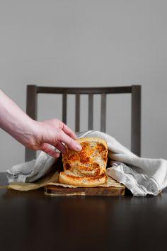 Odrywany chlebek orkiszowy z pasta z suszonych pomidorów.