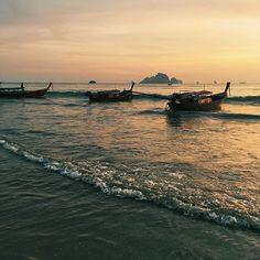 Sunset in Ao Nang, Thailand  Ich hoffe, ihr hattet schöne Weihnachtstage? Nach dem Fest mit Freund und Familie habe ich mir gerade bis zum neuen Jahr eine Auszeit zu Hause genommen. Was macht ihr zwischen den Jahren: relaxen  oder arbeiten ?. . . . . . #aonang #aonangbeach #krabi #thailand #asia #asien #sunset #sonnenuntergang #sunrise #sonnenaufgang #travel #travelblog #travelblogger #travelgram #travelpictures #urlaub #reise #reisen #reiseblog #reiseblogger #fernweh #reiselust #reisef...