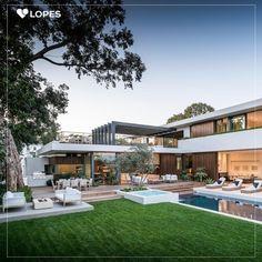 Essa casa em Los Angeles foi totalmente projetada para entretenimento ao ar livre. Possui arquitetura moderna, ambientes abertos e um grande quintal com piscina, lareira, cozinha e mesa de jantar na área externa.
