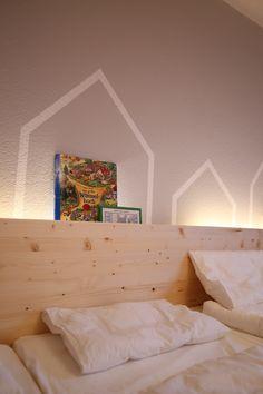 * hellgrau mit Haussilouette im Kindergarten-Schlafraum www.kinderzimmerei.de Toddler Bed, Kindergarten, Furniture, Home Decor, Grey, Child Bed, Decoration Home, Room Decor, Kindergartens