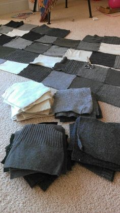 New patchwork blanket knitted recycled sweaters Ideas Sweater Quilt, Old Sweater, Sweater Blanket, Sweater Mittens, Shirt Quilts, Sewing Hacks, Sewing Crafts, Sewing Projects, Fabric Crafts