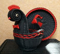 Decoupage, Paper Weaving, Diy Ostern, Paper Basket, Easter Crafts, Basket Weaving, Newspaper, Photo Wall, Arts And Crafts