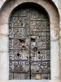 Hug Vintage Doors Exploring Entryway Labyrinths Les Metaux Skylights Addiction Arch Architecture