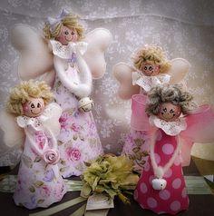 Angeli di feltro e stoffine americane con testa in legno dipinta a mano.Se vuoi vedere le mie creazioni va su:https://www.facebook.com/pages/Le-mille-idee-di-Emanuela/596662527027919?ref=hl