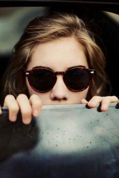 Para um destino urbano, óculos com modelo e padronagens clássicas, como este redondo com estampa tartaruga, são a escolha certa.