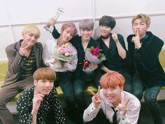 [#오늘의방탄] #피땀눈물 뮤직뱅크에서 1위! 높은 점수를 만들어준 아미들의 피.. 땀.. 눈물...;(´°̥̥̥̥̥̥̥̥ω°̥̥̥̥̥̥̥̥`);; 다시 한번 고맙습니다! 방탄&아미 축하해요! #행복마니마니